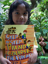 "Menyelesaikan buku ""Step by Step Piano Course The Fun Way Step 1"""