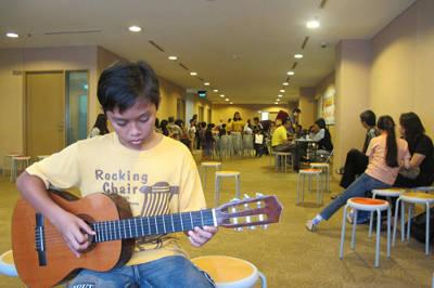 Ujian Gitar Kelas 8 di Yamaha