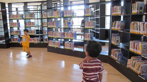 Koleksi buku di lantai 2