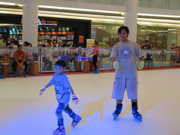 mencoba-ice-skating-pluit-village