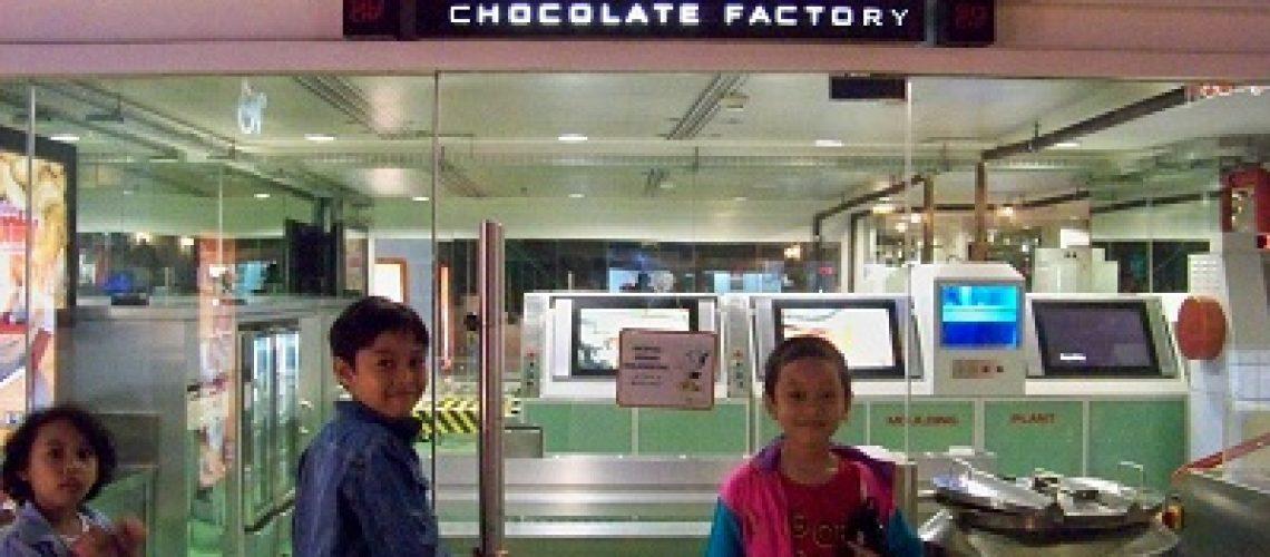 Bersiap masuk pabrik coklat