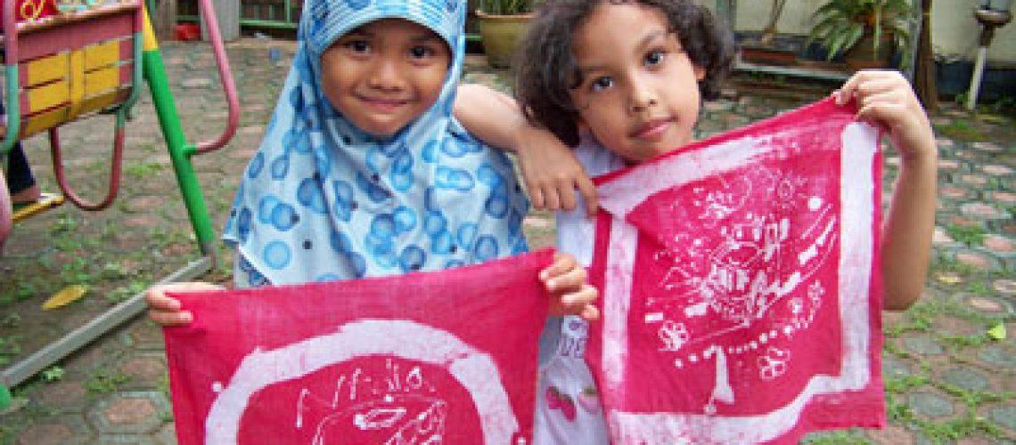 Tata dan Nadia bersama karyanya